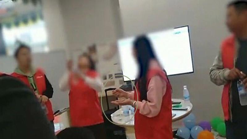 Nữ nhân viên công ty Trung Quốc bị bắt ăn giun sống vì không đạt đủ doanh số bán hàng