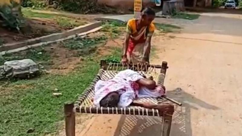 Người phụ nữ kéo mẹ già 100 tuổi nằm liệt giường tới ngân hàng lấy tiền trợ cấp