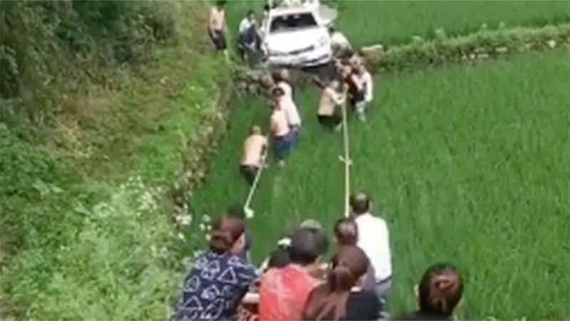 Chiếc ô tô con rơi giữa ruộng, nhìn cảnh hàng chục người giải cứu như 'kéo co' khiến dân tình ngán ngẩm