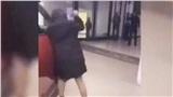 Chồng không đồng ý mua xe, cô gái tức giận đập phá ô tô ngay tại cửa hàng