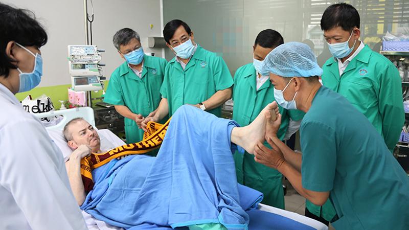 Clip: Phi công Anh vui vẻ trò chuyện cùng bác sĩ Việt Nam, cử động chân tay rất linh hoạt