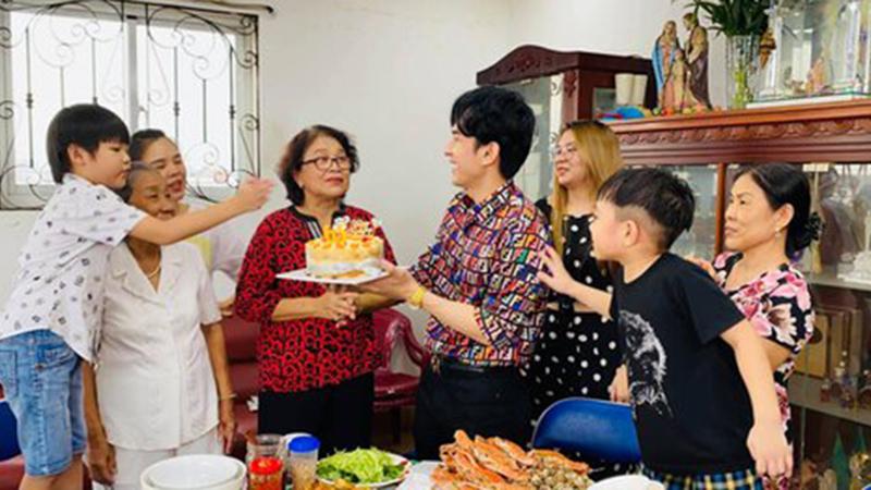Đan Trường tổ chức sinh nhật cho mẹ, bật mí cách tặng quà 'vẹn cả đôi đường' khiến fan 'cười ngất'
