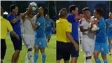 HLV lao ra sân dí cùi chỏ, cầu thủ xông đến bóp cổ đối phương ngay khi trận đấu đang diễn ra