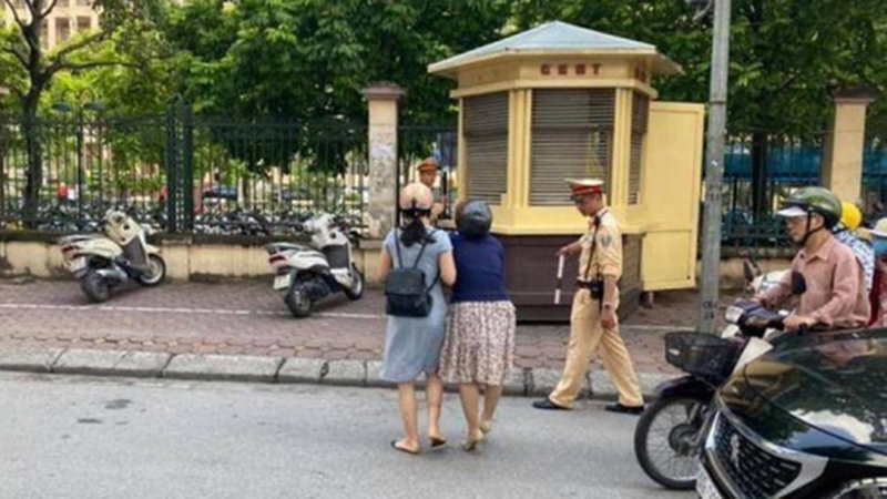 Phòng CSGT Hà Nội: Không có chuyện CSGT kéo ngã hai người phụ nữ đi xe máy
