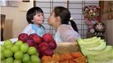 'Nụ hôn lạ' của Quỳnh Trần JP cho bé Sa trong video ăn thạch mì sợi vị trái cây bất ngờ gây tranh cãi