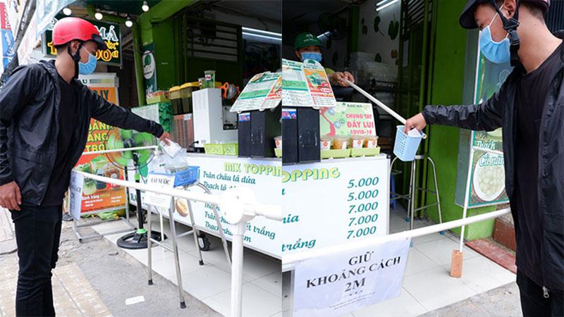 Quán nước Sài Gòn dựng 'rào chắn', giữ khoảng cách an toàn với khách mua hàng mùa dịch Covid-19