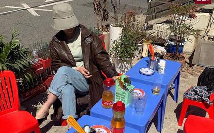 Dân mạng Hàn và quốc tế chia sẻ rầm rộ hình ảnh quán bình dân của Việt Nam nằm giữa Seoul với bộ bàn ghế nhựa đặc trưng