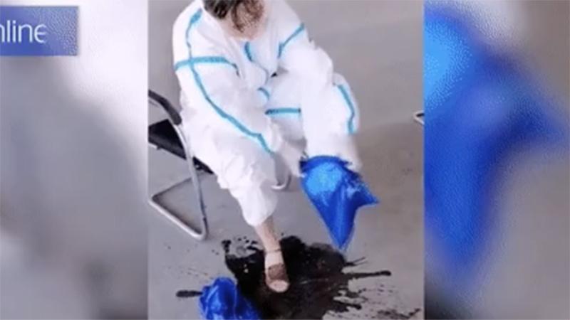 Nhân viên y tế tuyến đầu chống dịch cởi bộ đồ bảo hộ ngập mồ hôi khiến ai nhìn thấy cũng phải xót xa