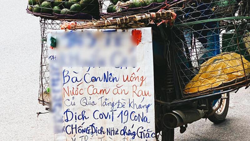 Anh bán cam viết tấm bảng với thông điệp cực dễ thương giữa tình hình dịch COVID- 19 khiến dân tình rần rần ủng hộ