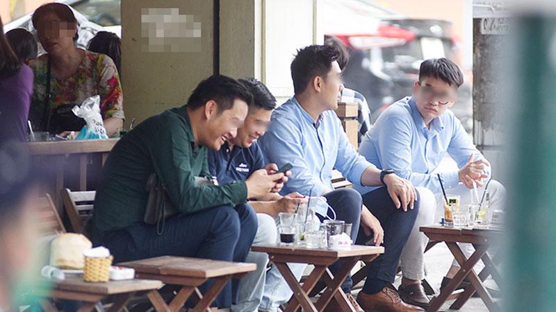 Hàng quán Hà Nội ngày đầu giãn cách: Vẫn có nhiều khách ngồi sát nhau và không đeo khẩu trang