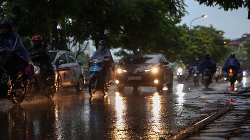 Sáng đầu tuần, thời tiết Hà Nội trở xấu: Trời tối mịt, mưa lớn khiến các phương tiện khó khăn di chuyển