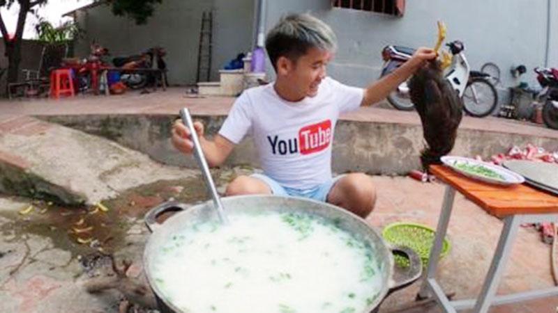 CHÍNH THỨC: Hưng Vlog bị phạt 7,5 triệu đồng vì đăng clip nấu cháo gà nguyên lông phản cảm