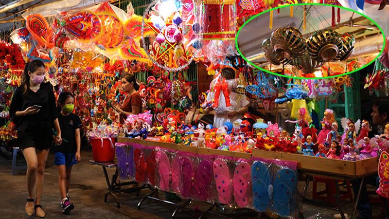 Chiếc lồng đèn làm từ vỏ lon được bày bán tại phố Lương Nhữ Học: Ngắm nhìn tuổi thơ dữ dội ùa về