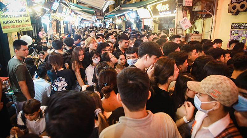 Dòng người đông đúc đổ về phố Tạ Hiện ngày các quán bar, vũ trường hoạt động trở lại
