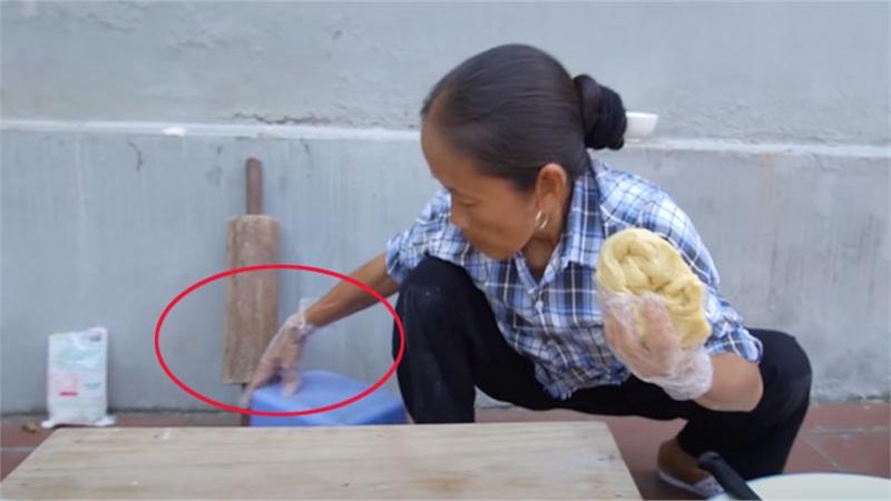 Bà Tân Vlog làm bánh tiêu phiên bản 'kinh dị', dân mạng lập tức soi ra chi tiết mất vệ sinh
