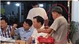 Một bàn toàn các thanh niên đang nhậu lại có một ông cụ bán hàng rong đứng nép một góc bóc đồ ăn ẩn chứa câu chuyện cảm động