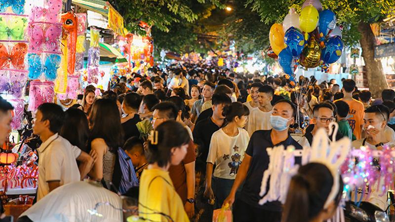 Cuối tuần, dòng người chen chúc đổ về phố Hàng Mã, phố bích họa Phùng Hưng: 'Chôn chân' 30 phút chưa tìm thấy lối ra