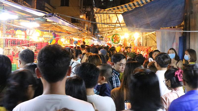 Phố lồng đèn Lương Nhữ Học đêm Trung thu: Nhiều người quay đầu bỏ về khi thấy con đường đông nghẹt không chỗ đứng