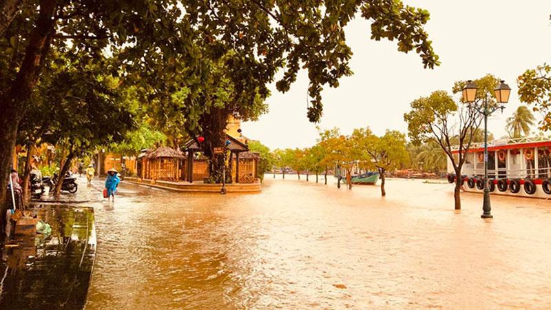 Chùm ảnh: Hội An, Đà Nẵng ngập lụt, nguy cơ lặp lại trận lũ kỉ lục trong lịch sử