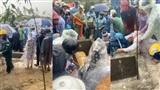 Nhiều người dân tiễn đưa 2 mẹ con người phụ nữ bị nước lũ cuốn trôi ở Huế: Ngoài trời vẫn mưa...
