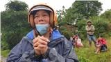 Xót xa khoảnh khắc người mẹ bật khóc nhìn về phía núi rừng chờ tin con sau vụ sạt lở kinh hoàng ở Quảng Trị