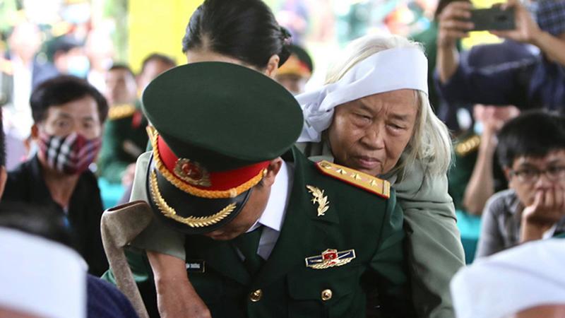 Hình ảnh xúc động trong lễ truy điệu 13 chiến sĩ hy sinh ở Rào Trăng 3: Người mẹ khóc đến kiệt sức vì nhớ thương con...