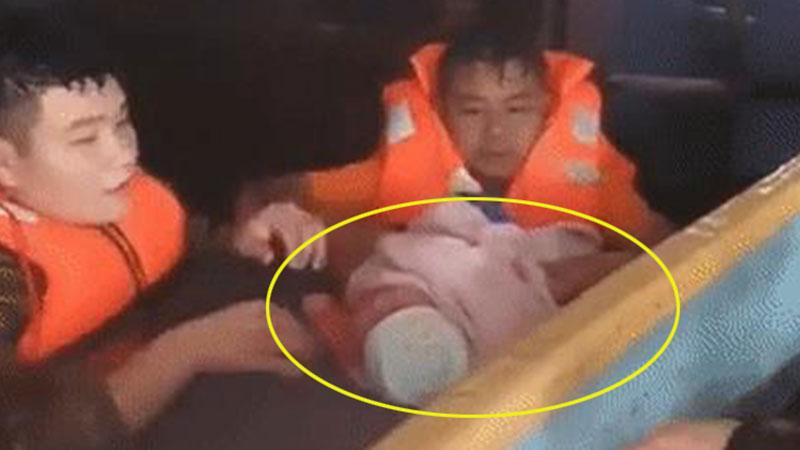 Clip: Giải cứu bé sơ sinh trong ngôi nhà ngập gần tới nóc, tiếng khóc xé lòng giữa mênh mông biển nước khiến nhiều người xót xa