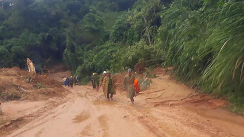 Quảng Trị: Gần 10h 'xẻ rừng' đưa thi thể đồng đội bị vùi lấp trở về