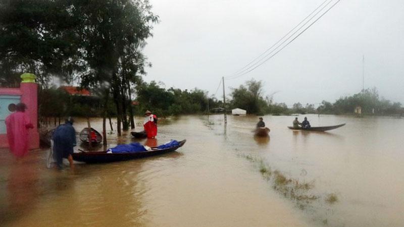 Nhiều đoàn cứu trợ tiếp tục kêu cứu vì nhà thuyền hét giá thuê thuyền ở Quảng Bình