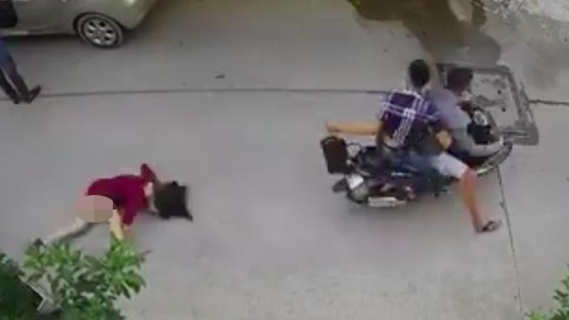 Clip: Bị 2 tên cướp giật túi xách, người phụ nữ ngã đập mặt xuống đường đầy đau đớn