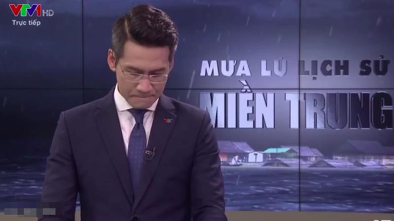 Đang dẫn chương trình trực tiếp 'Mưa lũ lịch sử miền Trung', nam MC VTV nghẹn ngào khi nhắc đến mất mát của người dân