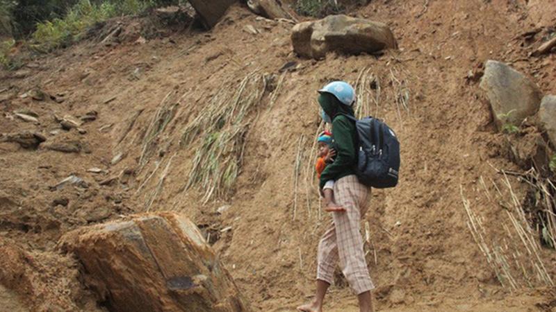 Người dân Quảng Trị nín thở đi dưới khối đá nặng 30 tấn 'lộ' ra sau mưa lũ