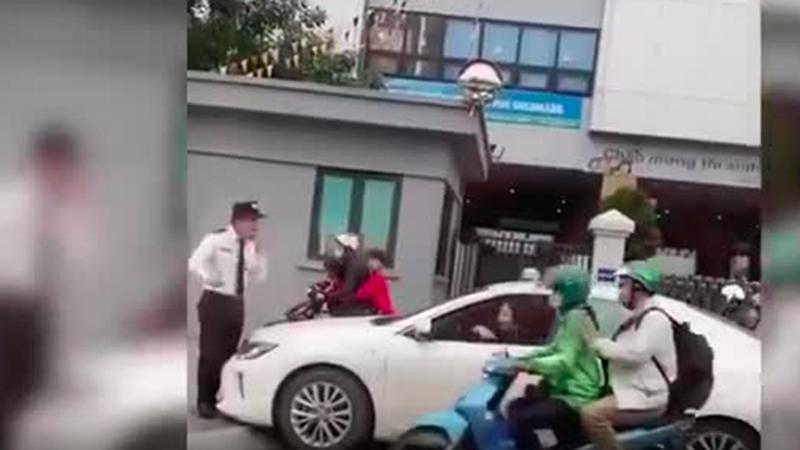 Bức xúc nữ tài xế xe sang cố tình đi lên vỉa hè, bị bảo vệ ngăn lại thì giở giọng năn nỉ: 'Cho em đi nốt lần này'