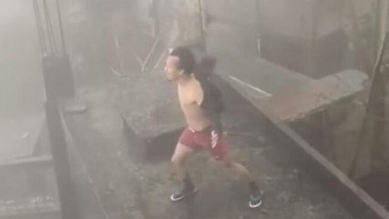 Sự thật về clip người đàn ông đứng phanh áo, 'gào thét' để đẩy lùi siêu bão số 9