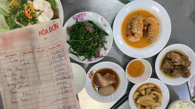 Ăn bữa cơm bình dân quận 1 mất ngay nửa triệu, nhìn vào hoá đơn bất ngờ nhất với đĩa tôm 2 con giá cũng không hề dễ chịu