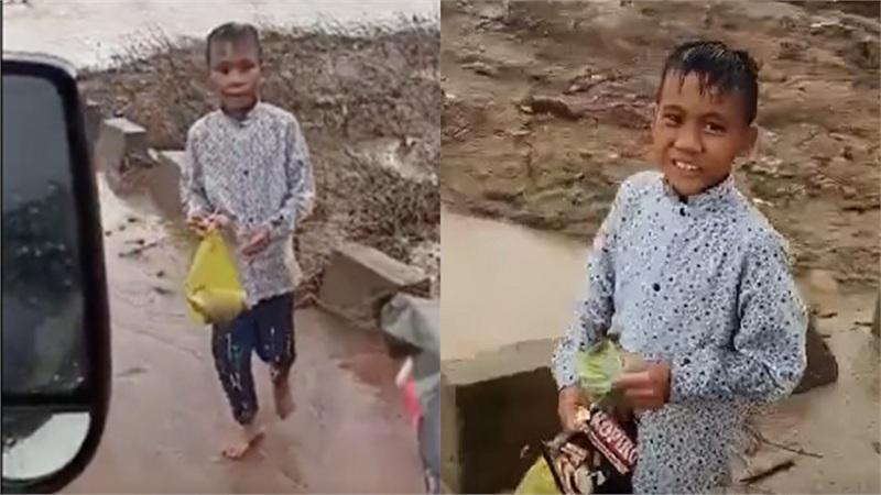Ấm lòng nụ cười và tiếng 'cảm ơn' lễ phép của cậu bé chân đất vùng lũ Quảng Trị khi được đoàn từ thiện tặng quà