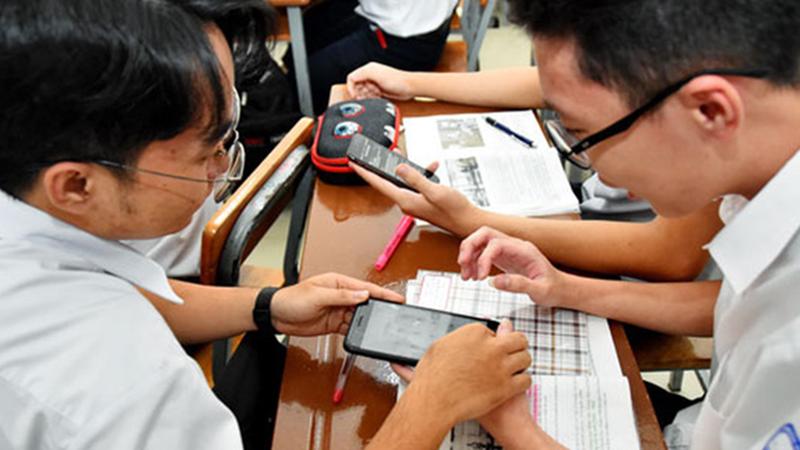 Thận trọng khi học sinh mang điện thoại vào lớp