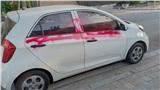 Đỗ ô tô bên đường lúc quay lại, người đàn ông hoảng sợ vì vệt sơn đỏ phun kín thân xe