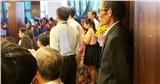 Xúc động hình ảnh người cha mặc vest đứng lặng lẽ cuối hội trường mỉm cười nhìn con gái út tốt nghiệp Đại học