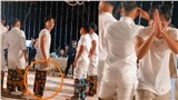 Trong lúc dàn cầu thủ rủ nhau chơi trò chơi trong đám cưới Công Phượng, Văn Toàn phát hiện bị quay lén liền cúi đầu năn nỉ