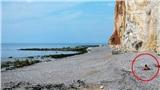 Thảnh thơi mặc bikini ngồi hóng gió trên bãi biển, cô gái không ngờ bản thân may mắn thoát khỏi 'Tử thần' trong gang tấc