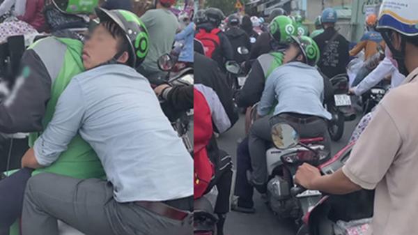 Anh xe ôm công nghệ 'cõng' khách như muốn nằm trên lưng cả đoạn đường dài, đồng nghiệp nhìn thấy chỉ biết 'chia buồn với người anh em'