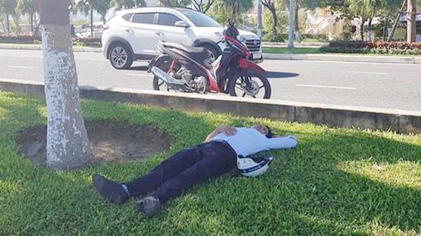 Thanh niên đi đám cưới uống quá chén, vứt xe máy bên đường rồi vào 'đánh một giấc' trên bãi cỏ