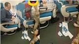 Người đàn ông lên máy bay cố tình vứt rác ra sàn: Nhân viên dọn xong vừa quay đi lại tiếp tục vứt rác đầy thách thức