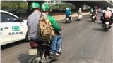 Đang trên đường thì khách muốn đi nặng, tài xế xe ôm không tìm được chỗ dừng xe liền bị khách đánh giá: Không có tình người