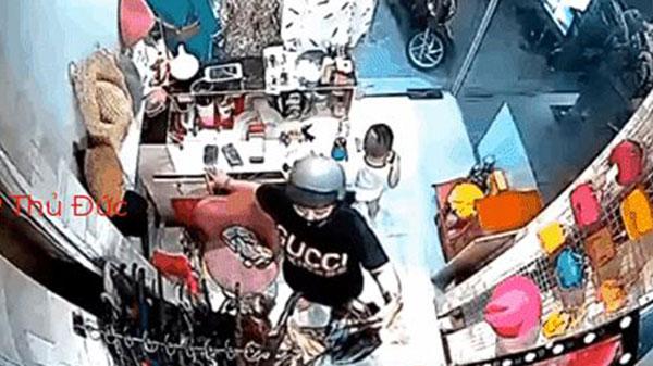 Bà cô đeo vàng đầy tay vào shop quần áo trộm điện thoại, dân mạng phát hiện sự trùng hợp bất ngờ