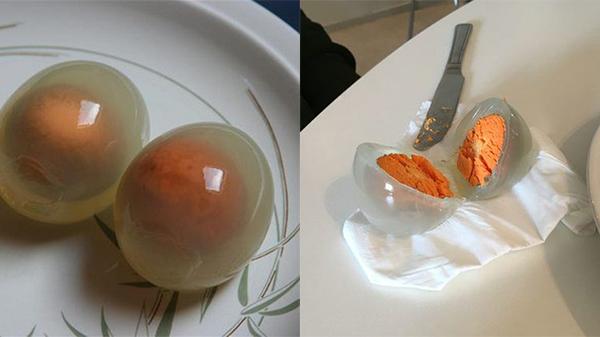Kỳ lạ quả trứng luộc có lòng trắng trong suốt, lòng đỏ màu cam, khi biết sự thực ai nấy đều cảm thấy phẫn nộ