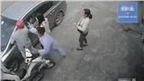 CLIP: Định hành hung nữ tài xế, 2 người đàn ông bị nam bệnh nhân tung cú đấm thẳng mặt