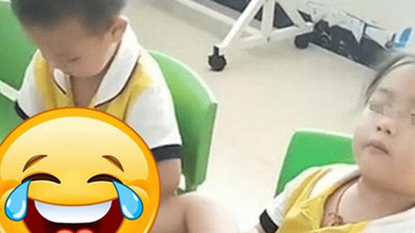 Cô mẫu giáo gửi bức ảnh chụp con trai ở lớp, cậu bé đang làm một việc khiến mẹ hốt hoảng: Thế này tôi lại có con dâu sớm!
