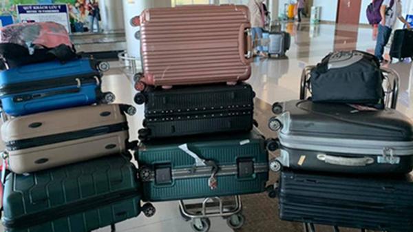 Nhóm bạn nữ đi du lịch mang 8 cái vali 5 cái balo như 'di cư' mà còn than thiếu đồ mặc, anh chàng đăng lên mạng 'khóc thét'